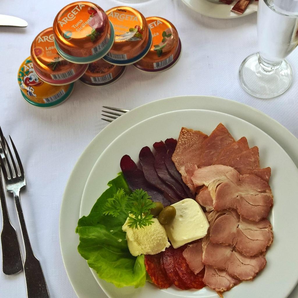 Ručak u restoranu dvorca Ečka. Neizostavni kulen za predjelo!