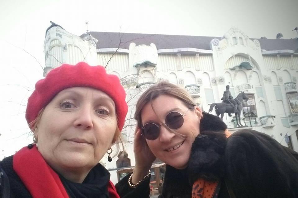 Žena koja nije oklevala da me odvede ove subote u Segedin ~ Dragana Pejčinović i Tamara Ognjević, autorka putopisa i fotografija, pred Reik palatom.