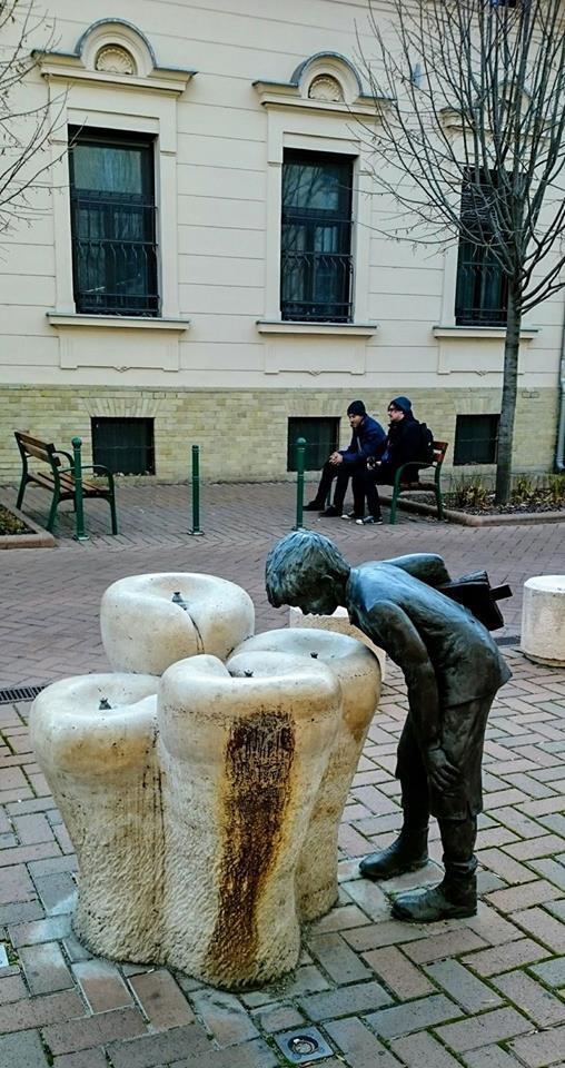 Dečak koji pije vodu samo je jedna od desetine čarobnih bronzanih skulptura u Segedinu.