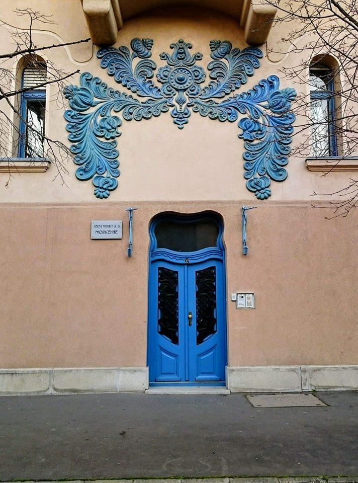 Još jedna čarolija dragog Ferenca Rajhla ~ Moric palata sagradjena 1910-1912. Najlepša plava vrata u mom iskustvu definitivno.