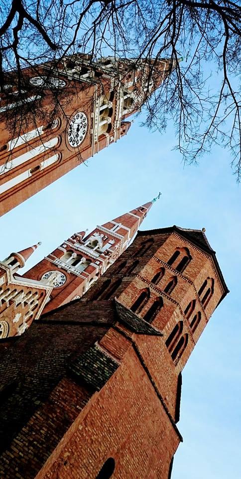 Čudovišna katedrala posvećena Uspenju Bogorodice građevina je iz prve polovine 20. veka na temelju neogotik koncepta kojeg i Mađari smatraju svojim najuspešnijim stilom iz prošlosti. Unutra je tako hladno da u slučaju da grad ostane bez struje meso iz svih gradskih zamrzivača se tu ne bi pokvarilo sve do proleća. A možda i posle.