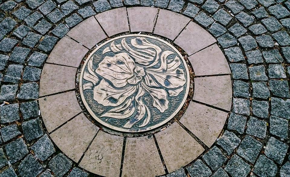 Magjarov secesijski iris kao ornament na šahtu ispred palate Reik koju je ovaj daroviti arhitekta projektovao 1907.